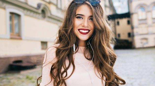 Junge Frau mit weißen Zähnen